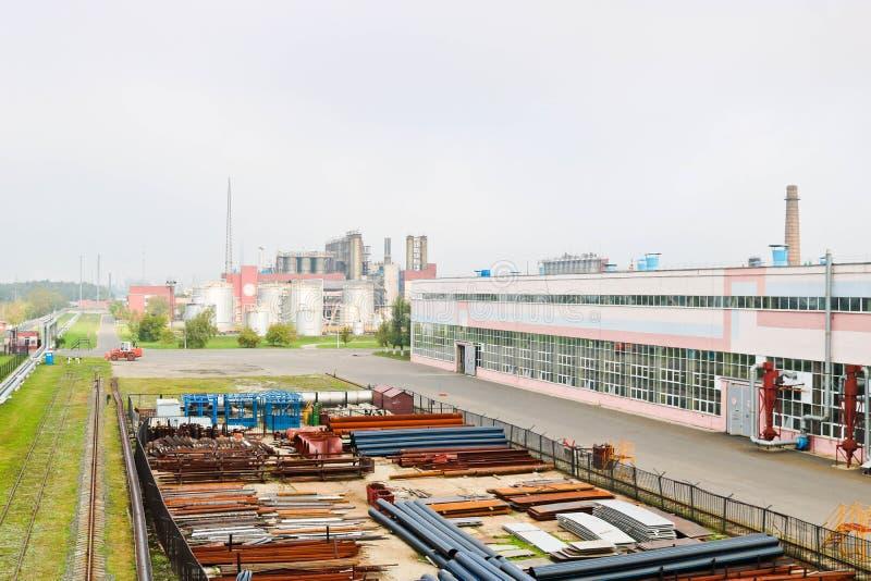 行业横向 技术管子全景  生锈的管子,蓝色红宝石,生产通信 修理大厦 免版税库存图片