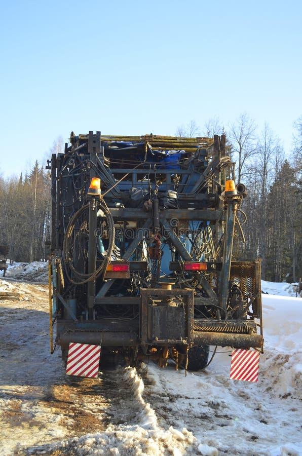 钻行业移动抽油装置 库存照片
