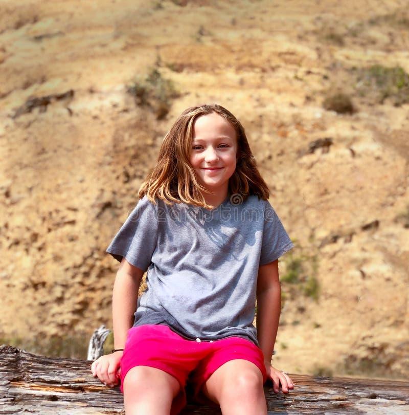 行为似男孩的姑娘在汗水报道的女孩微笑在锻炼徒步旅行者以后 免版税库存照片