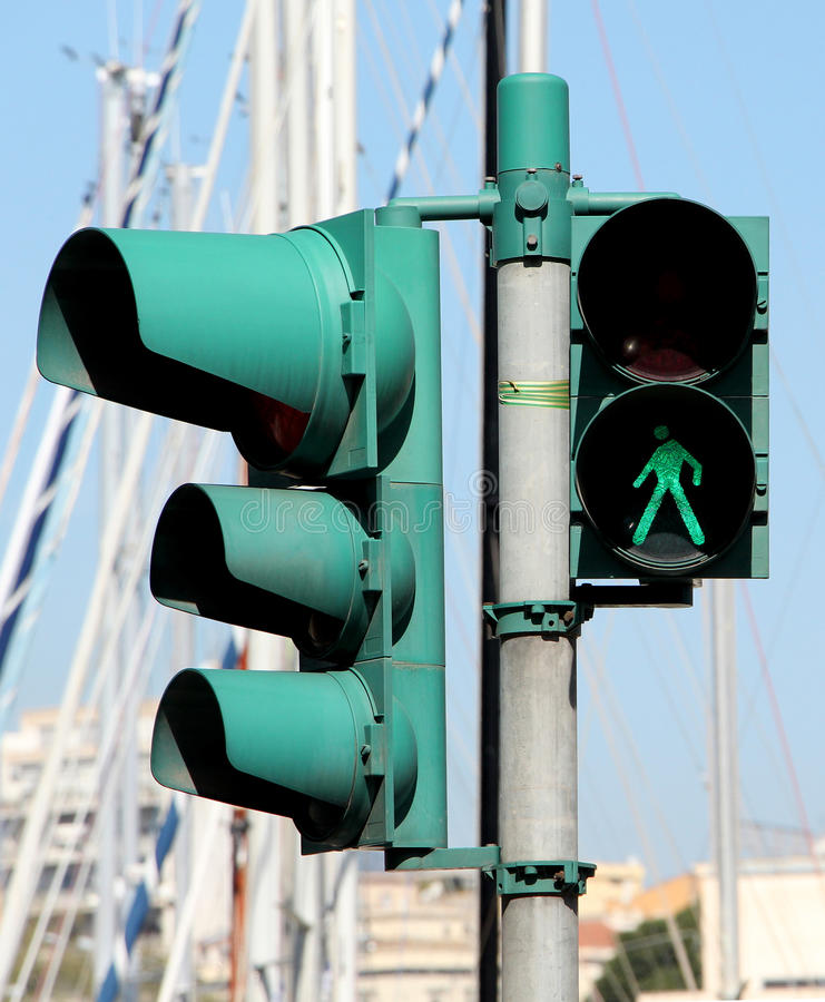 行人交叉路光和红绿灯,绿色 库存图片