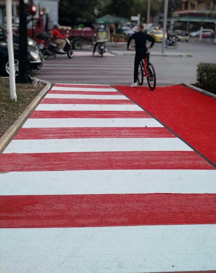 行人交叉路和自行车轨道在地拉纳 免版税库存图片