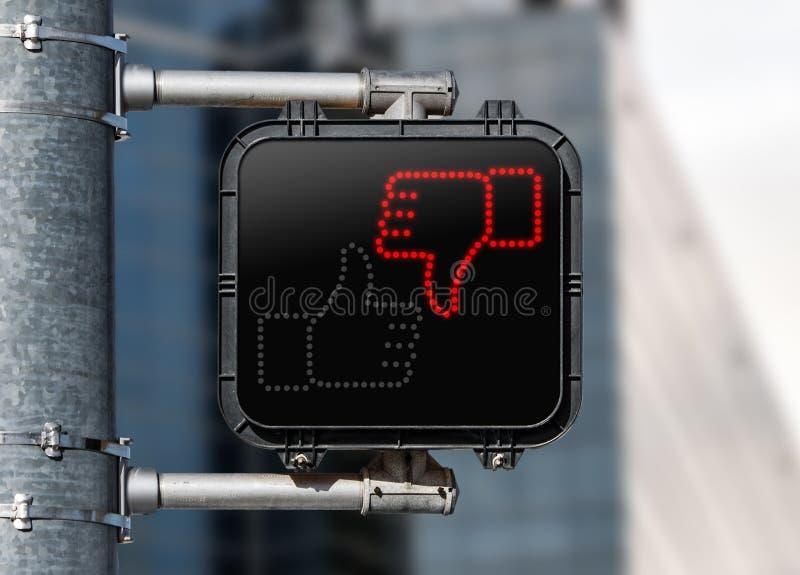 行人交叉路标志特写镜头显示拇指的下来 库存照片