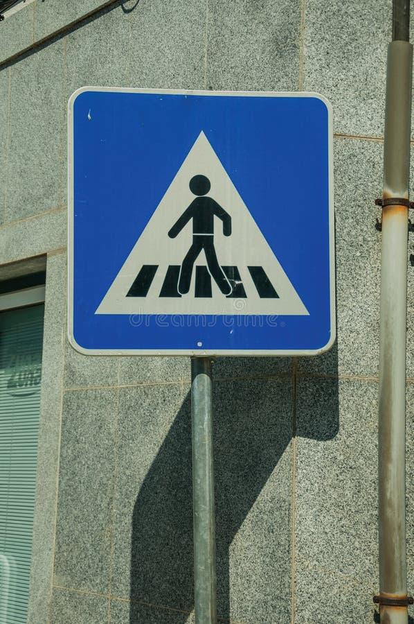行人交叉路正方形蓝色路标 库存图片