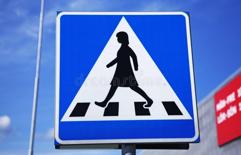 行人交叉路的交通标志与妇女形象 库存照片
