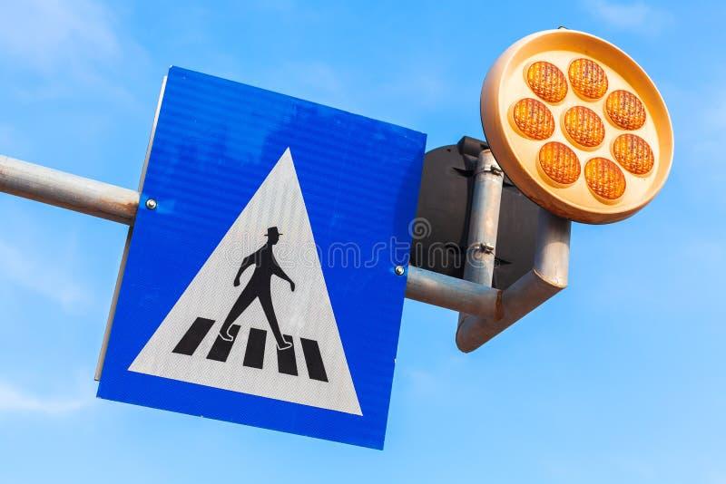 行人交叉路 与灯的路标 库存照片