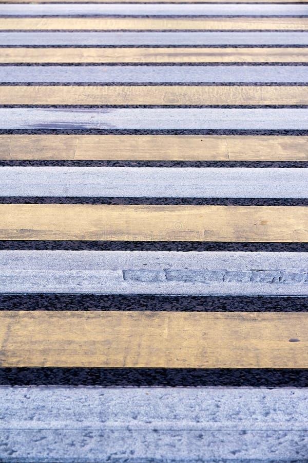 行人交叉路 在沥青的路标 镶边蓝色和黄色背景和纹理 库存照片