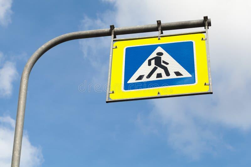 行人交叉路 角度蓝色路标色彩视图宽 免版税库存照片