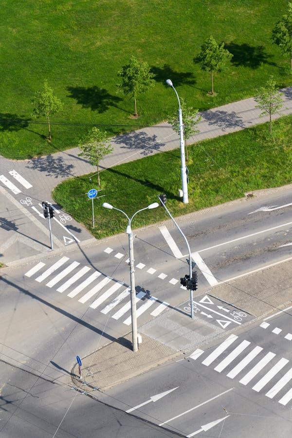行人穿越道和自行车横穿在空的交叉路,无人驾驶的技术排行 库存图片