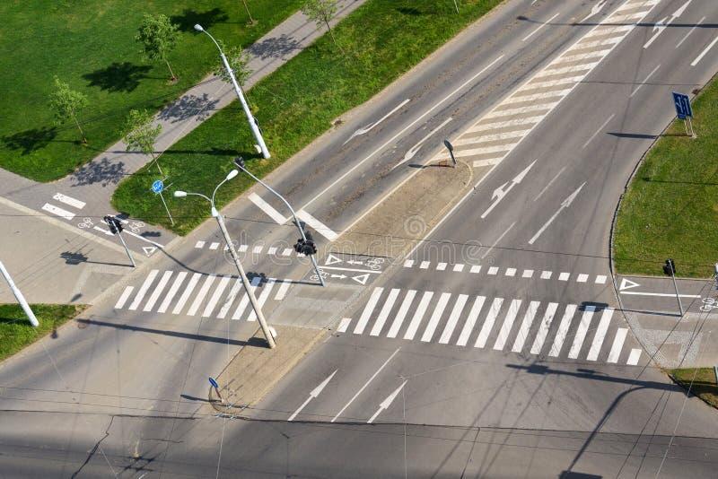 行人穿越道和自行车横穿在空的交叉路,无人驾驶的技术排行 免版税库存图片