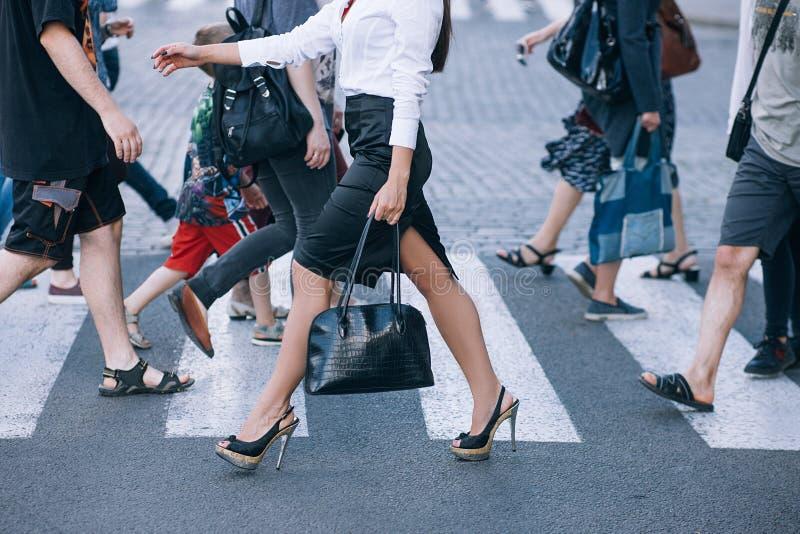 行人穿越道都市生活方式城市高峰时间人群.