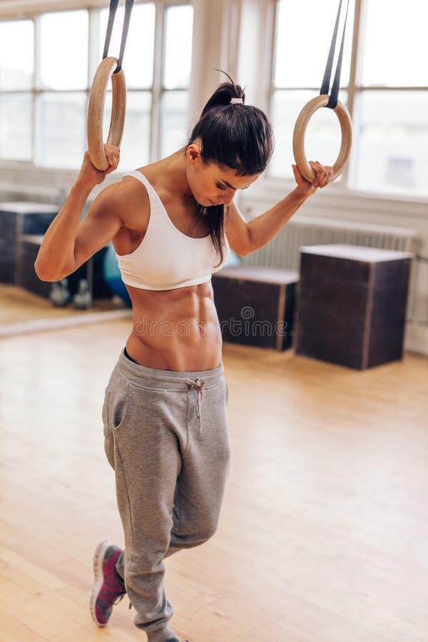 行使与体操圆环的健身妇女 库存图片