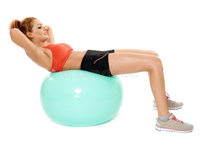 行使与健身房球的运动妇女 图库摄影