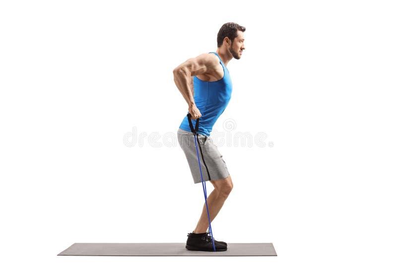 行使与抵抗带的年轻肌肉人 库存图片