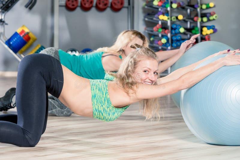行使与灵活性的,小组锻炼pilates球我 图库摄影