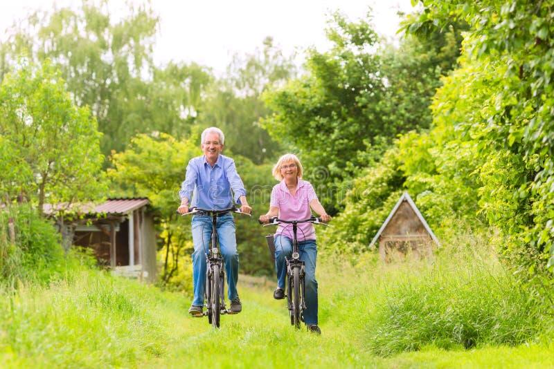 行使与自行车的前辈 免版税库存照片