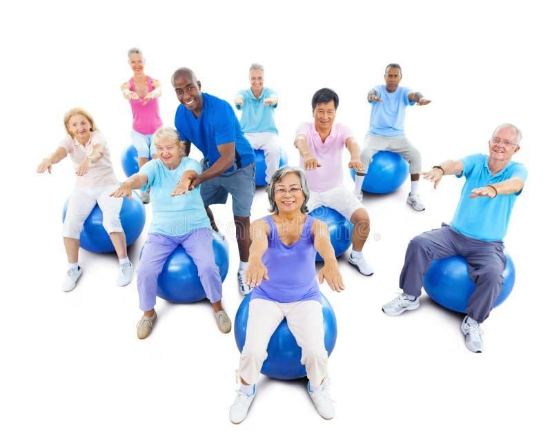 行使与辅导员的资深成人瑜伽 免版税库存图片