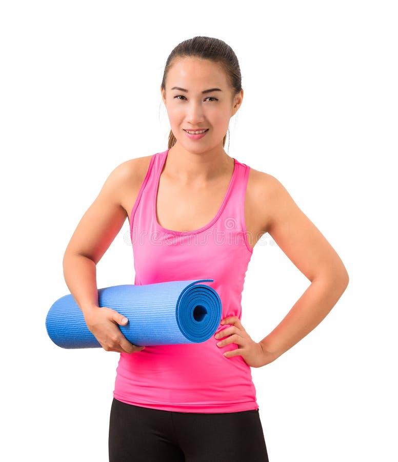 行使健身妇女准备好站立的锻炼举行瑜伽m 免版税库存图片