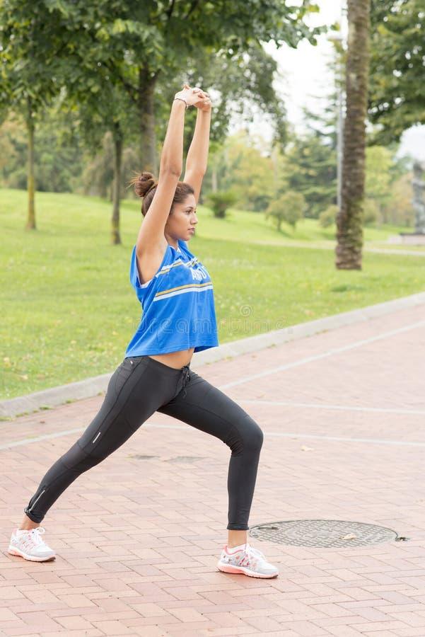 行使和训练在公园的运动美丽的妇女 库存图片