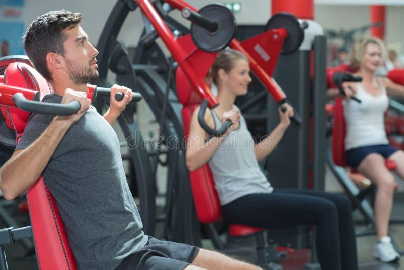 行使在健身俱乐部健康生活方式概念的运动员 图库摄影