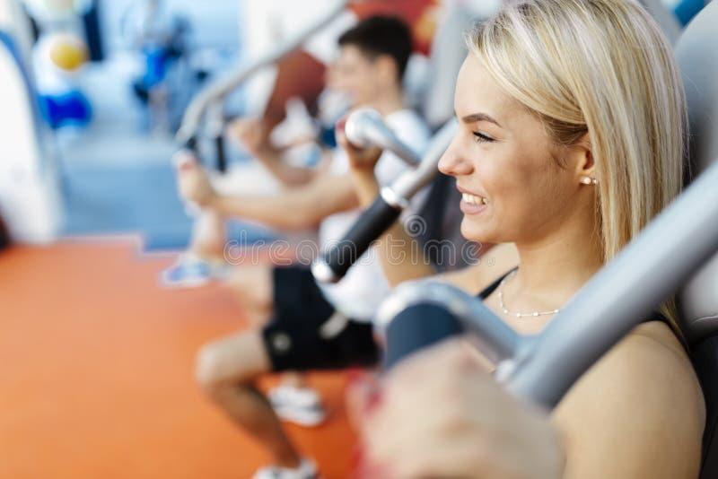 行使在健身房的人们 免版税库存图片