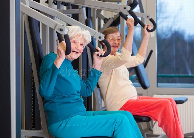 行使在健身房的健康老妇人 免版税库存照片