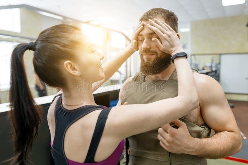 行使在健身房的年轻健身夫妇 体育、训练、家庭和健康生活方式 库存图片