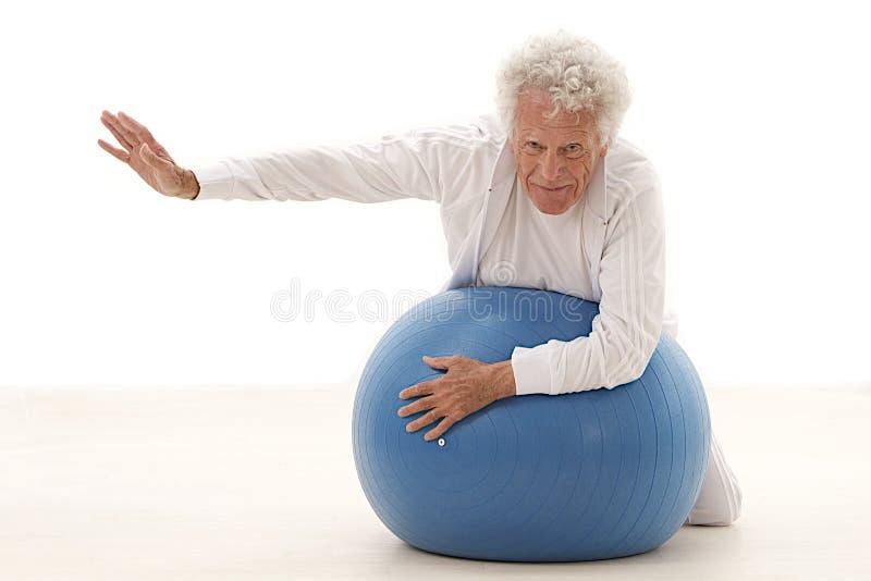 行使在健身房的老人 图库摄影
