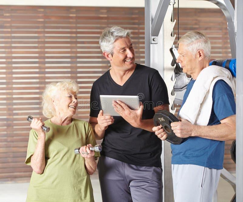 行使在健身房的资深小组 免版税库存图片