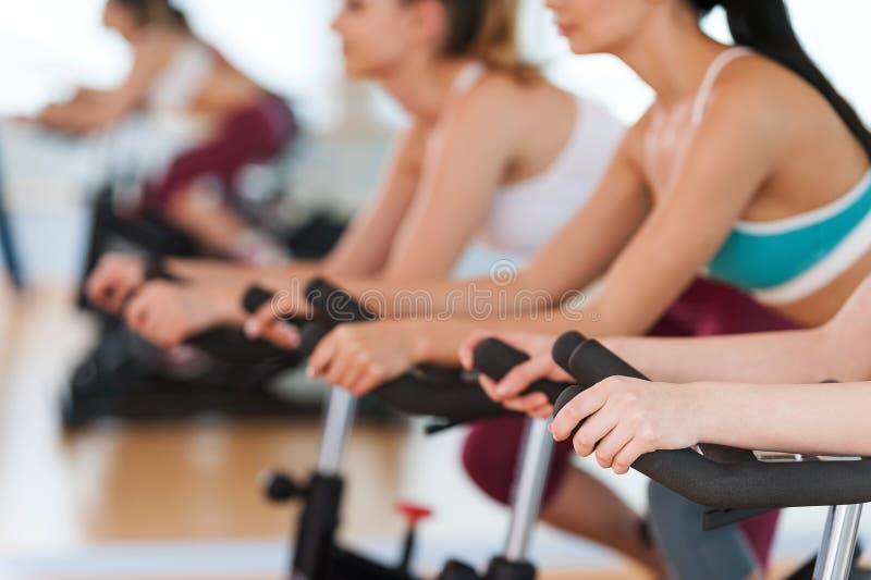 行使在健身房自行车。 免版税库存照片