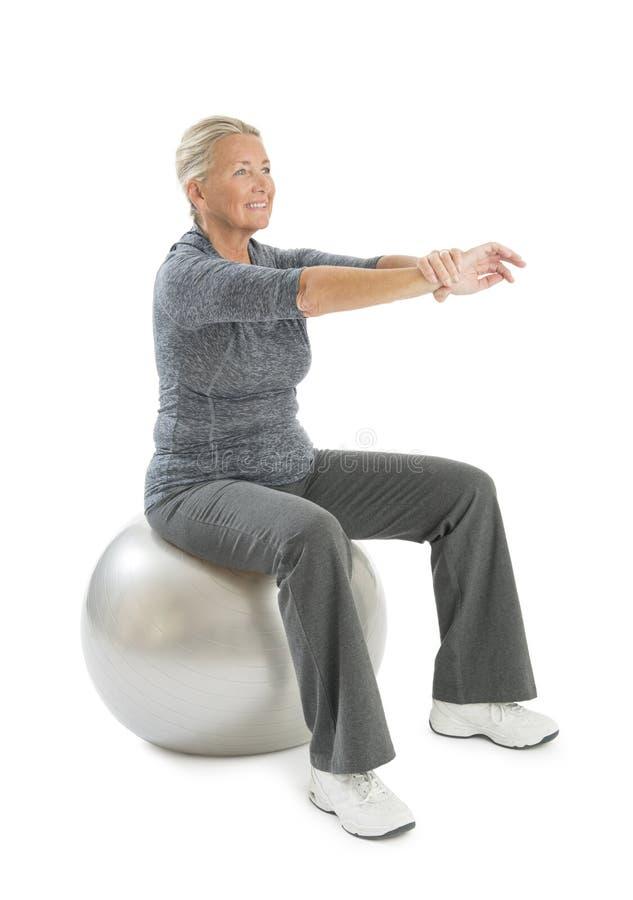 行使在健身球的资深妇女 免版税图库摄影
