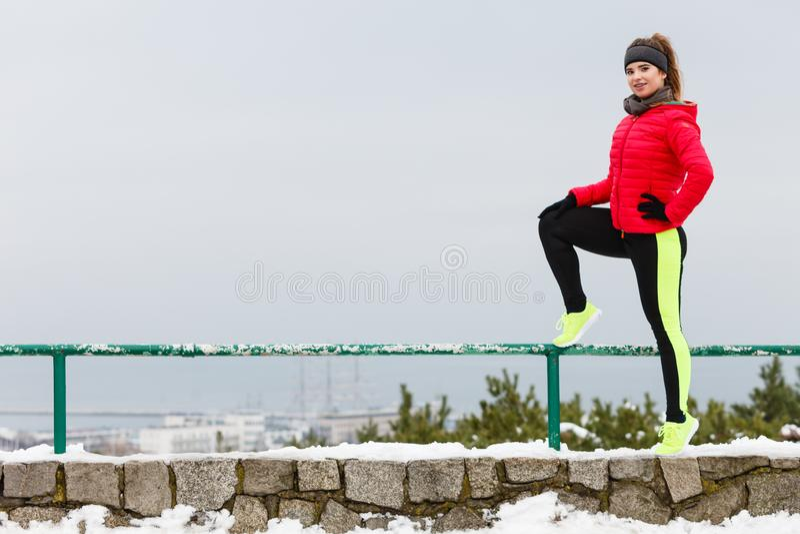 行使在冬天期间的妇女佩带的运动服 库存图片