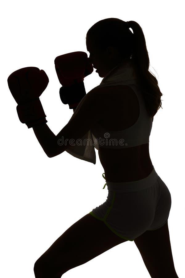 行使在剪影演播室isola的一白种人妇女拳击 库存图片