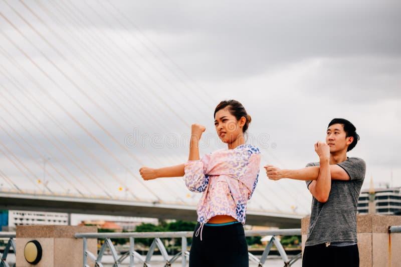 行使在桥梁的亚裔人民 免版税库存图片