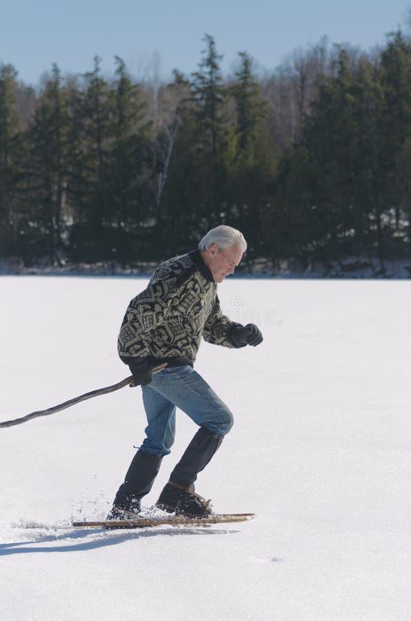 行使在湖的老人 库存图片