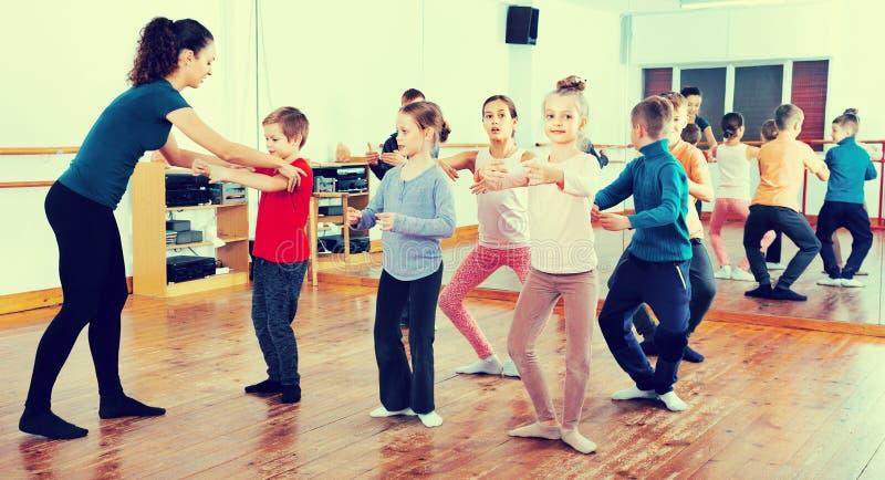 行使在舞厅的年轻跳芭蕾舞者 库存照片