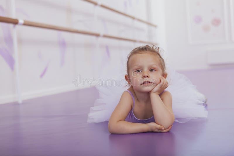 行使在舞蹈学校的逗人喜爱的矮小的芭蕾舞女演员女孩 免版税库存图片