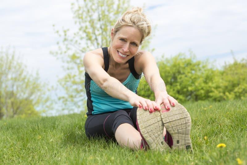 行使在跑步的年轻体育妇女外面本质上前 免版税库存图片
