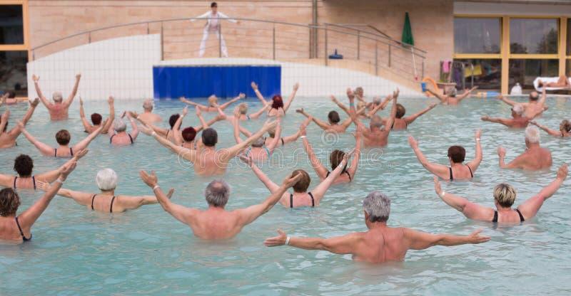 行使在水池的资深人民 免版税图库摄影