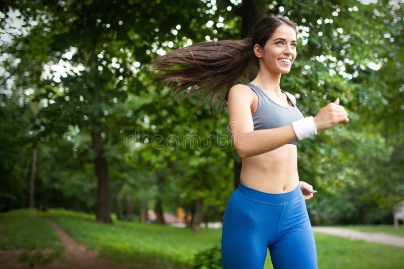 行使外部的年轻女人的健康生活方式图象 免版税库存图片