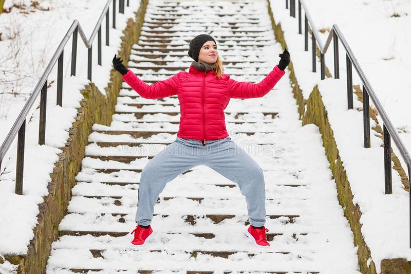 行使外面在冬天期间的妇女佩带的运动服 免版税图库摄影