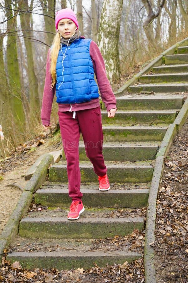 行使外面在秋天期间的妇女佩带的运动服 库存图片