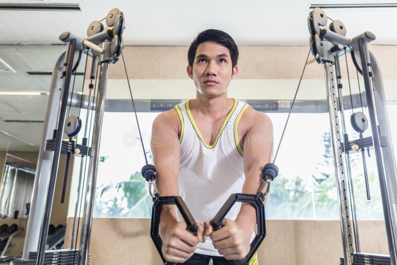 行使胸口的亚裔英俊的人缆绳天桥干涉 图库摄影