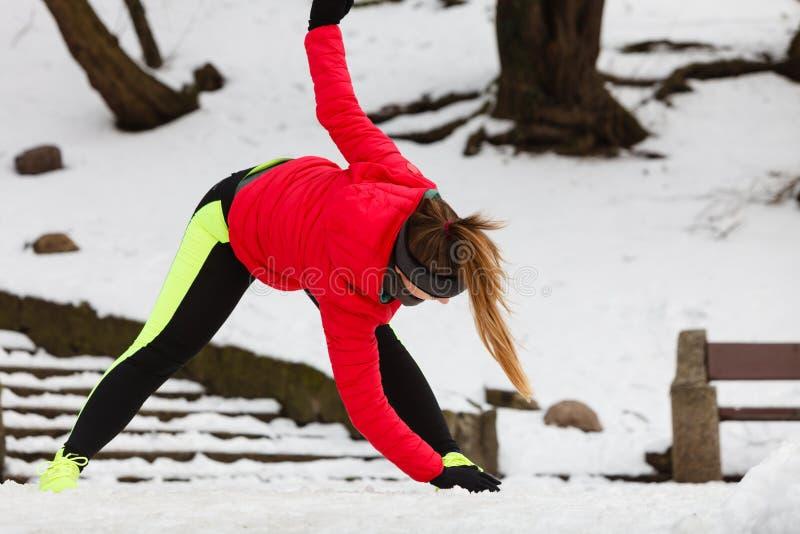 行使腿的妇女外面在冬天期间 库存照片