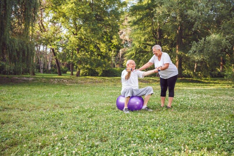 行使资深成熟家庭的夫妇的心脏锻炼户外 库存图片