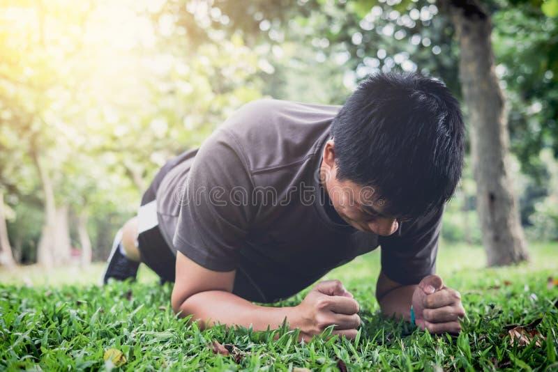 行使锻炼健身的年轻人做铺板外面在g 库存图片