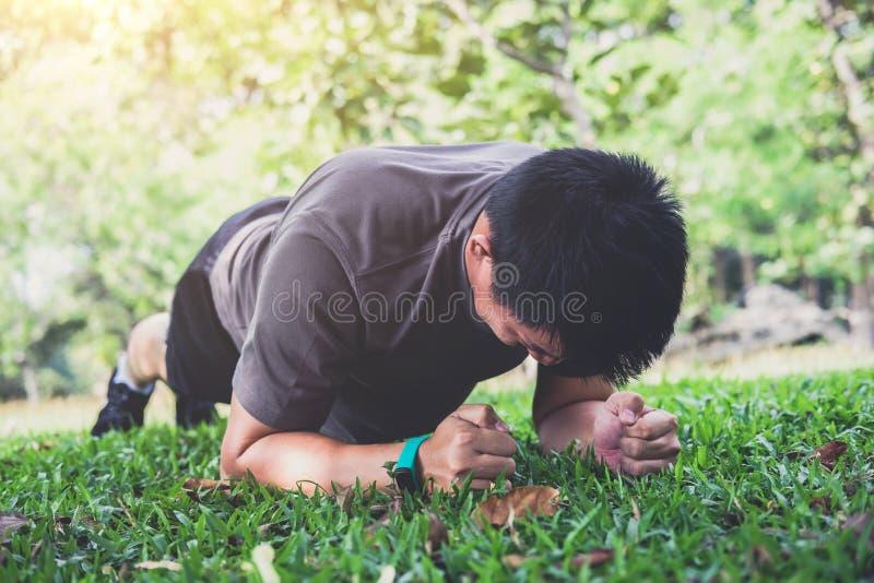 行使锻炼健身的年轻人做铺板外面在g 图库摄影