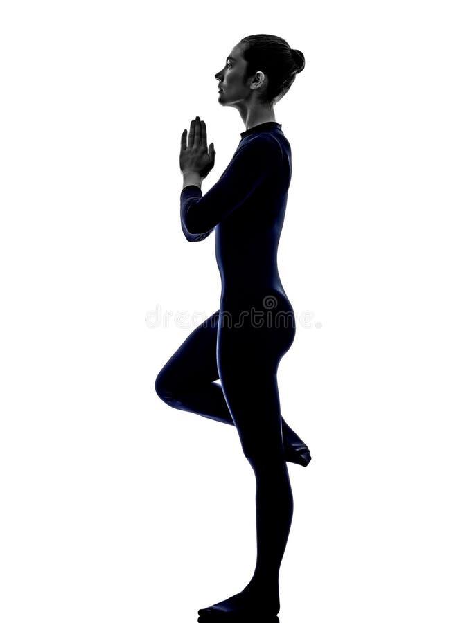 行使bhujangasana眼镜蛇姿势瑜伽剪影的妇女 免版税库存图片