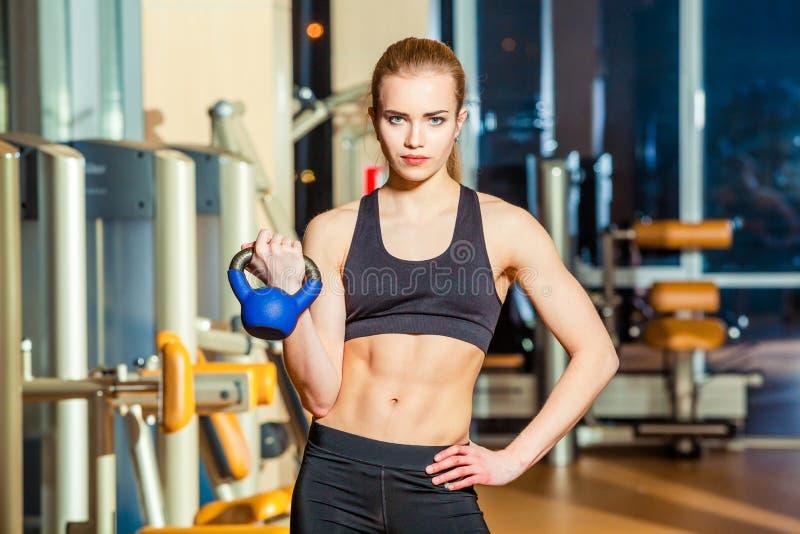 行使crossfit藏品的健身妇女 免版税库存照片