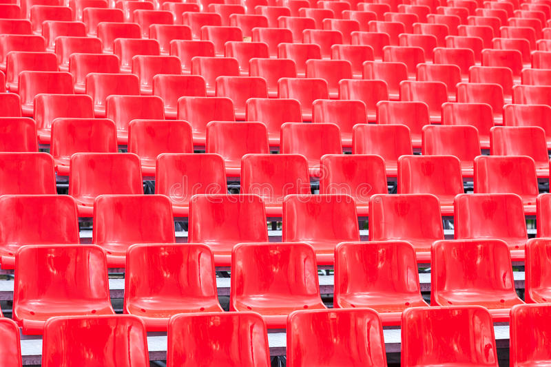 行倒空明亮的红色塑料位子 免版税图库摄影