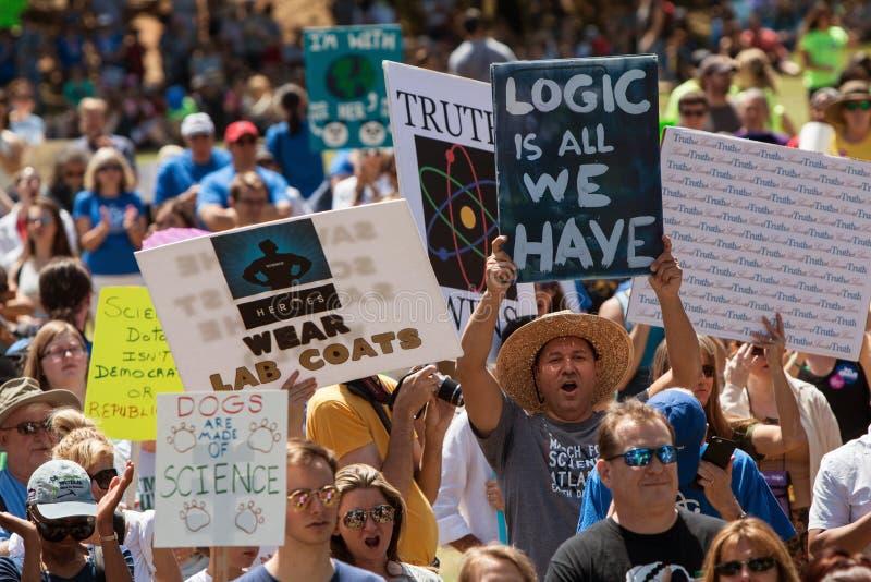 行军者在集会的显示标志在科学的亚特兰大3月前 库存照片